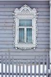 Geschnitzte hölzerne dekorative Fenster Lizenzfreies Stockfoto