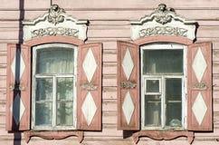 Geschnitzte hölzerne dekorative Spitzedekorationsfenster Altes hölzernes Haus lizenzfreie stockfotografie
