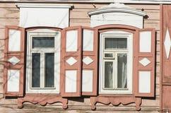 Geschnitzte hölzerne dekorative Spitzedekorationsfenster Altes hölzernes Haus stockfotos