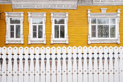 Geschnitzte hölzerne Fenster Stockfoto