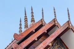 Geschnitzte hölzerne Giebel Stockbilder