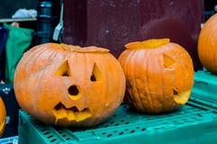 Geschnitzte Halloween-Kürbise auf Anzeige Lizenzfreies Stockfoto