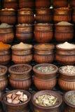 Geschnitzte handgemachte Potenziometer Gewürze, Marokko Stockfotografie