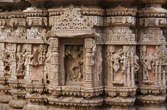 Geschnitzte Idole auf der äußeren Wand des Rudramala oder des Tempels Rudra Mahalaya Sidhpur, Patan, Gujarat Stockbild