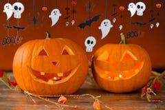 Geschnitzte Kürbise im Hexenhut und in Halloween-Girlande Lizenzfreies Stockbild