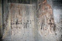 Geschnitzte Kreuze auf zwei Wänden der Kirche Stockfotos
