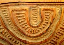 Geschnitzte Muster in einer Holzverkleidung Stockbilder