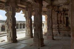Geschnitzte Säulen der Maha-mandapa, Krishna Temple, Hampi, Karnataka Lenkrad und Armaturenbrett Heilige Mitte Ein großes offenes lizenzfreie stockfotos