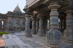 Geschnitzte Säulen des Mahadeva-Tempels, wurden circa 1112 CER durch Mahadeva, Itagi, Karnataka, Indien errichtet Stockbild
