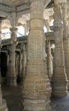 Geschnitzte Spalten innerhalb des Jain Tempels von Ranakpur Lizenzfreie Stockbilder