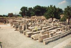 Geschnitzte Spalten und Wände falled unten von der Griechisch-römischen Reichzeit und -touristen um Ephesus Stockfotografie