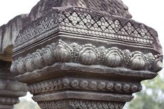Geschnitzte Spaltenblumenverzierung - Flachrelief Angkor Wat komplexen Tempels, Siem Reap, Kambodscha Alte Khmerarchitektur Lizenzfreies Stockfoto