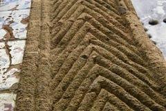 Geschnitzte Steineingangseinfassung in einem v-förmigen Design stockfoto