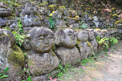 Geschnitzte Steinzahlen von Rakan an Otagi-nenbutsu-ji Tempel in den Aronstäben Stockfotografie