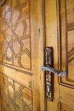 Geschnitzte Tür und ein rostiger Stift Stockfoto