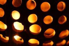 Geschnitzte und durchlöcherte Kokosnuss-Lampe Stockbilder