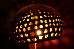 Geschnitzte und durchlöcherte Kokosnuss-Lampe Lizenzfreie Stockfotos