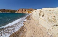 Geschnitzte Zahlen in Kalamitsi setzen, Kimolos-Insel, die Kykladen, Griechenland auf den Strand Lizenzfreie Stockbilder