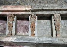 Geschnitzte Zahlen und Nischen, wo die Badversorgungen, die in der Badeanstalt gespeichert werden, bleibt, Scavi-Di Pompeji Lizenzfreie Stockfotografie