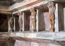 Geschnitzte Zahlen und Nischen, wo die Badversorgungen, die in der Badeanstalt gespeichert werden, bleibt, Scavi-Di Pompeji Stockfotos