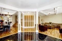 Geschnitzter antiker Lehnsessel Foyer mit schwarzem glänzendem Fliesenboden, Spalten und Lizenzfreies Stockbild