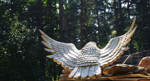 Geschnitzter hölzerner Adler im Wald Stockbild