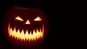 Geschnitzter Halloween-Kürbis stock video footage
