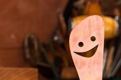 Geschnitzter, lächelnder Buchenholz-Küchenlöffel stockfotografie