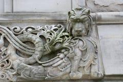Geschnitzter Löwe auf Gebäude stockbilder