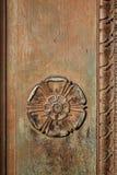 Geschnitzter Tudor Rose auf einem Weinleseeingang Stockfoto