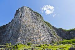 Geschnitztes Buddha-Bild auf der Klippe Stockfotografie