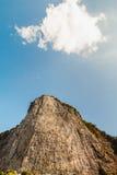 Geschnitztes Buddha-Bild auf der Klippe bei Khao Lizenzfreie Stockfotografie