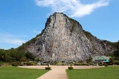 Geschnitztes Buddha-Bild auf der Klippe bei Khao Chee Jan lizenzfreie stockfotos