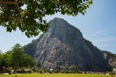 Geschnitztes Buddha-Bild vom Gold auf der Klippe bei Khao Chee Chan, Pattaya, Thailand Stockfotografie