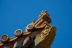 Geschnitztes cornerpiece des traditionellen chinesischen Dachs stockfotografie