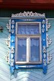 Geschnitztes Fenster eines russischen hölzernen Hauses Stockfotografie