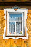 Geschnitztes Fenster im alten russischen Landhaus Stockbild
