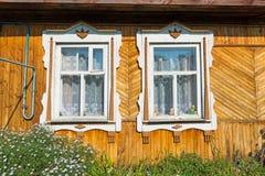 Geschnitztes Fenster im alten russischen Landhaus Stockfotos