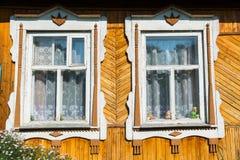 Geschnitztes Fenster im alten russischen Landhaus Lizenzfreies Stockfoto