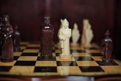 Geschnitztes hölzernes Schach Stockfotos