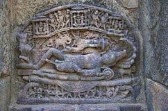 Geschnitztes Idol von Lord Vishnu auf der inneren Wand eines kleinen Schreins Errichtete im Jahre 1026-27 ANZEIGE während der Her lizenzfreie stockbilder