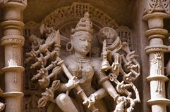 Geschnitztes Idol von Mahishasuramardini auf der inneren Wand von Ranis ki vav, ein verwickelt konstruiertes stepwell auf den Ban lizenzfreies stockbild