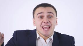 Geschokt die zakenman op een witte achtergrond wordt doen schrikken stock video