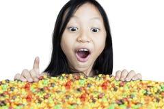 Geschokt meisje die suikergoed bekijken stock afbeelding