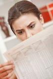 Geschokt nieuws in krant Stock Foto's