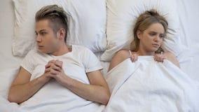 Geschokt paar die over eerste vertrouwelijke ervaring, gebrek denken aan seksuele opvoeding royalty-vrije stock foto