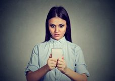 Geschokt vrouw het letten op nieuws op smartphone stock afbeelding