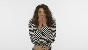Geschokt vrouwenportret in studio Verrast meisje op witte achtergrond stock footage