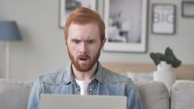 Geschokte Creatieve Baardmens die aan Verbaasd Laptop werken, stock videobeelden