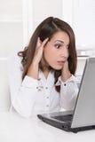 Geschokte en beklemtoonde bedrijfsvrouw bij bureau met haar computer - stock foto